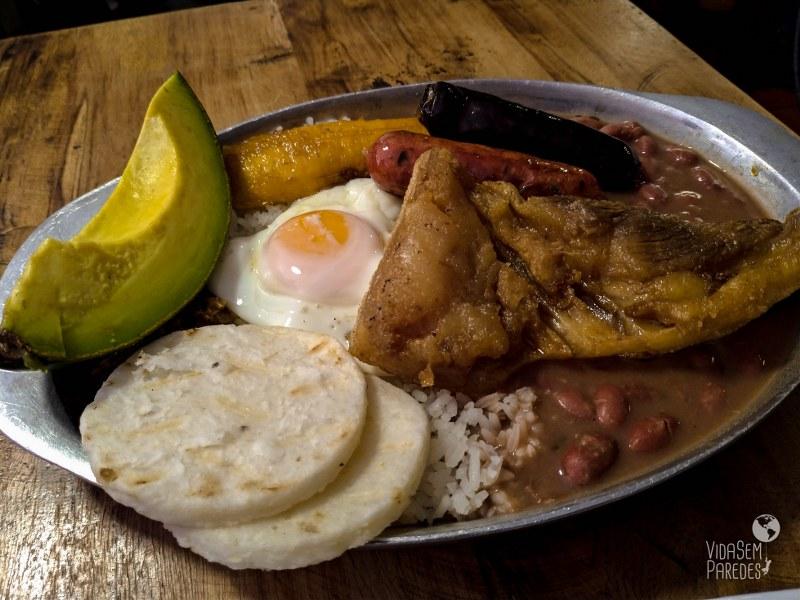Pratos típicos da da Colômbia: Bandeja Paisa